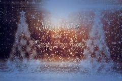 Fond de fête de Noël avec l'arbre, la neige et les rayons de Noël photos stock