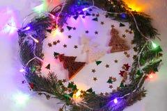 Fond de fête de Noël ou de nouvelle année Composition en carte de voeux avec la guirlande verte, les scintillements, les lumières Images stock