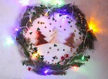 Fond de fête de Noël ou de nouvelle année Composition en carte de voeux avec la guirlande verte, les scintillements, les lumières Photos stock