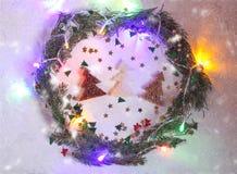 Fond de fête de Noël ou de nouvelle année Composition en carte de voeux avec la guirlande verte, les scintillements, les lumières image stock