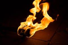 Fond de flamme du feu Torche de flamber sur le fond fonc? photographie stock libre de droits