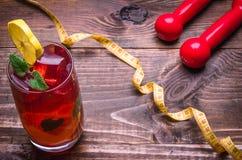Fond de forme physique avec des haltères, centimètre, cocktail Images stock