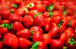 Fond de fraise sur un plan rapproché de stalle du marché Nourriture saine Photos libres de droits