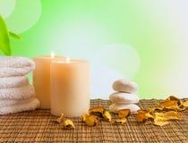 Fond de frontière de massage de station thermale avec la serviette empilée, les bougies et les feuilles parfumées Photo libre de droits