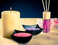 Fond de frontière de massage de station thermale avec le diffuseur de parfum et le sel de mer Photographie stock