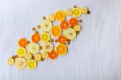 Fond de fruits frais Tranches de vue supérieure de fruits frais Images libres de droits