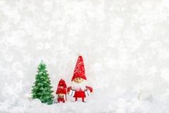Fond de gnome du père noël avec l'arbre et la neige de Noël copie photo stock