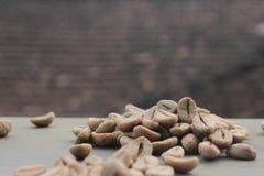 Fond de grains de café avec le foyer sur le café photo libre de droits