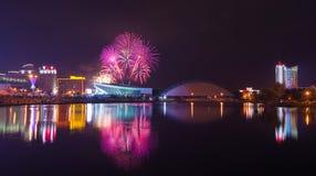 Fond de grunge de l'indépendance Day Panorama de nuit de Minsk avec un salut de fête et des feux d'artifice colorés Image stock