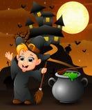 Fond de Halloween avec la sorcière heureuse de garçon tenant le manche à balai et le chaudron Photos libres de droits