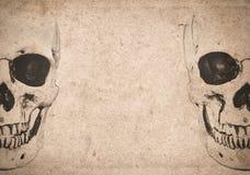 Fond de Halloween avec le crâne sur le vieux journal de vintage Photographie stock