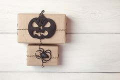 Fond de Halloween avec les boîtes de cadeaux et l'araignée décorative et potiron sur les conseils blancs L'espace pour le texte Images stock