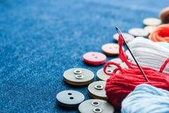 Fond de jeans avec des boutons et des amorçages. Images libres de droits