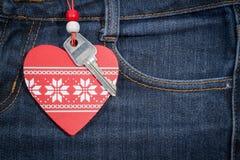 Fond de jeans avec le coeur et la clé en bois Le jour de Valentine Photographie stock