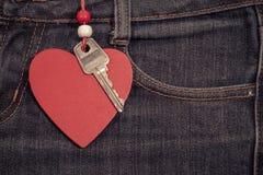Fond de jeans avec le coeur et la clé en bois Le jour de Valentine Photo stock