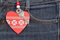 Fond de jeans avec le coeur et la clé en bois Le jour de Valentine Photo libre de droits