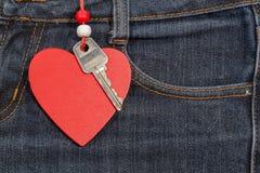Fond de jeans avec le coeur et la clé en bois Le jour de Valentine Images libres de droits