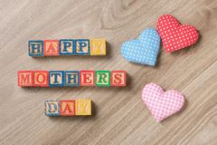 Fond de jour de mères avec les coeurs modelés de textile sur vieil en bois Cadeau de jour de mères Photo stock