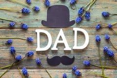 Fond de jour de pères avec le PAPA de lettres, chapeau de papier, moustache et photos libres de droits
