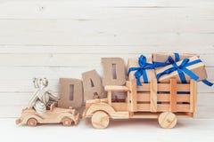 Fond de jour de pères avec les voitures, l'ours de nounours, les cadeaux et le c en bois Photo stock