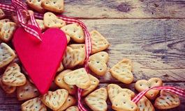 Fond de jour de valentines avec de petits biscuits Images libres de droits