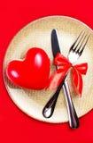 Fond de jour de valentines avec des coeurs d'un plat d'or au-dessus du rouge Image libre de droits