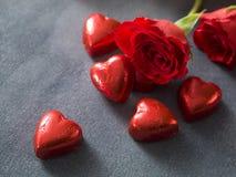 Fond de jour de valentines avec des coeurs de chocolat et des roses rouges Photo libre de droits