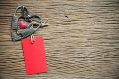 Fond de jour de valentines avec des coeurs et étiquette sur le fond en bois Images stock