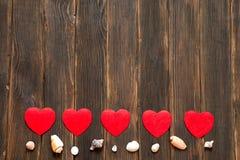 Fond de jour de valentines avec des coeurs et des coquilles Ba en bois foncé Photo stock
