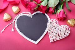 Fond de jour de valentines avec des coeurs et des roses Photographie stock libre de droits