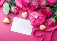 Fond de jour de valentines avec des coeurs et des roses Image libre de droits