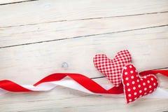 Fond de jour de valentines avec des coeurs et des rubans Photographie stock libre de droits