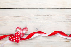 Fond de jour de valentines avec des coeurs et des rubans de jouet Images stock