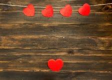 Fond de jour de Valentines avec des coeurs Fond en bois foncé Photographie stock