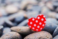 Fond de jour de valentines avec des coeurs sur la terre Photos libres de droits