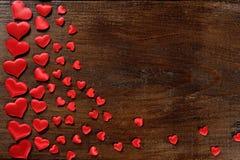 Fond de jour de valentines avec des coeurs sur le bois Photos stock