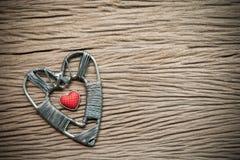 Fond de jour de valentines avec des coeurs sur le fond en bois Image stock