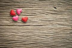 Fond de jour de valentines avec des coeurs sur le fond en bois Photo stock