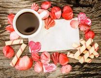 Fond de jour de valentines avec des coquillages, des coeurs et le café Image libre de droits