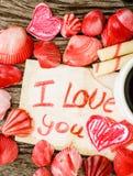 Fond de jour de valentines avec des coquillages, des coeurs et le café Photos libres de droits