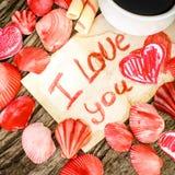 Fond de jour de valentines avec des coquillages, des coeurs et le café Image stock
