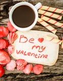 Fond de jour de valentines avec des coquillages, des coeurs et le café Photos stock