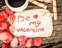 Fond de jour de valentines avec des coquillages, des coeurs et le café Images libres de droits