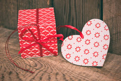 Fond de jour de valentines avec le boîte-cadeau et coeur rouge sur en bois Photos libres de droits