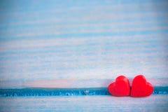 Fond de jour de valentines avec le coeur de valentine de tissu sur la table en bois grunge rétro filtre Images libres de droits