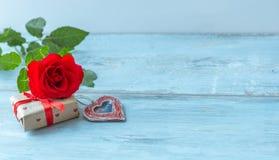 Fond de jour de valentines avec le coeur de vintage et les roses rouges Fond de mariage Photos stock