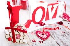 Fond de jour de valentines avec le coeur en bois Photo libre de droits