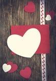 Fond de jour de valentines avec le coeur et la carte de voeux Image libre de droits