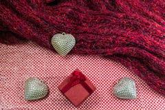 Fond de jour de valentines avec le coeur et les écharpes d'argent de boîte-cadeau Images stock