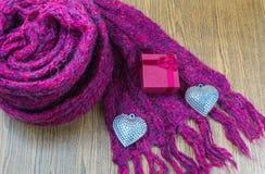 Fond de jour de valentines avec le coeur et les écharpes d'argent de boîte-cadeau Image libre de droits
